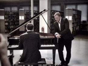 RT Music Lovers Fans♫ @mgwvlover: An incredible #JamesBond #piano theme performed by the talented #p...